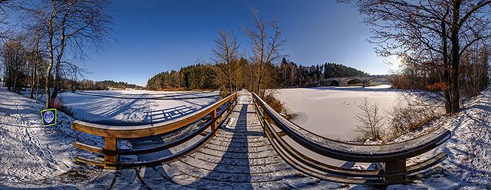 Spazierweg, Steg über den Zufluss zum Stadtsee von Allentsteig und Blick zur Panzerbrücke